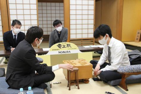 感想戦を行う藤井聡太2冠(右)と広瀬章人八段(日本将棋連盟提供)
