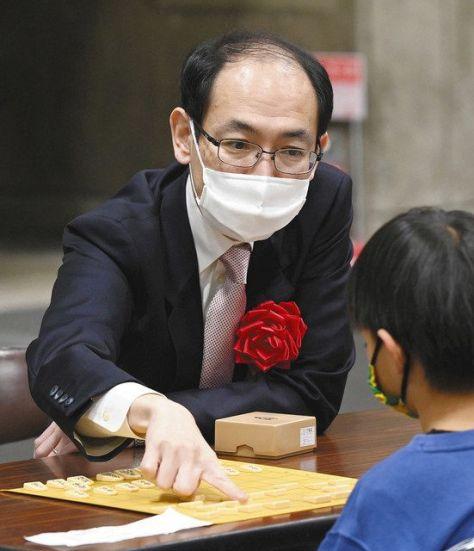 指導対局をした子どもに助言する木村一基九段=名古屋市港区のポートメッセなごやで