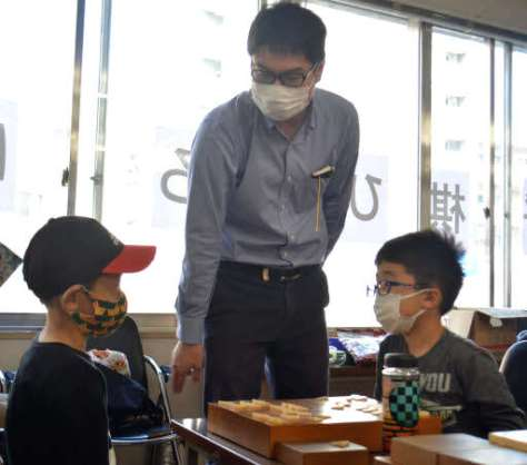 中区舟入本町に新たな将棋道場を開く矢野さん(中)