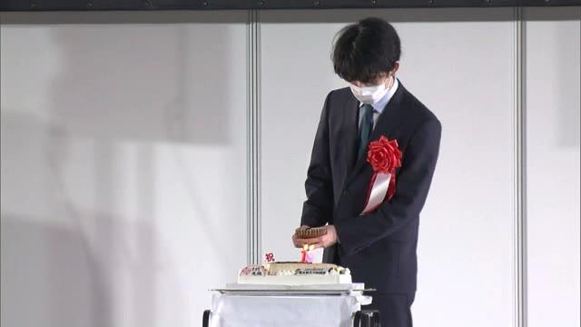 サプライズケーキを贈られる藤井二冠(名古屋市内)(メ~テレ(名古屋テレビ))
