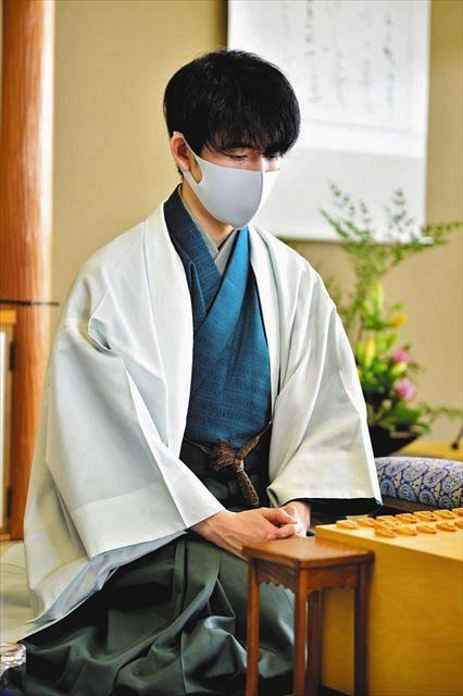棋聖戦第2局では、藤井聡太棋聖は全体を緑でまとめた和服で登場した(日本将棋連盟提供)=兵庫県洲本市で