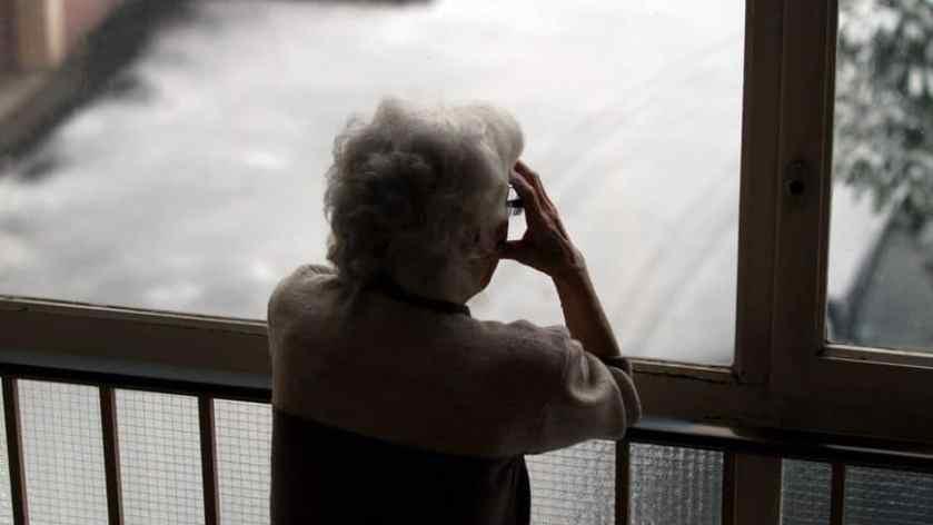 Les douleurs articulaires généralisées peuvent mener à l'isolement.