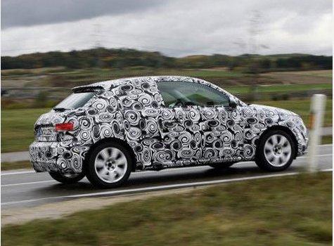 Ein Audi A1 als Erlkönig mit dem täuschenden Tarnmuster