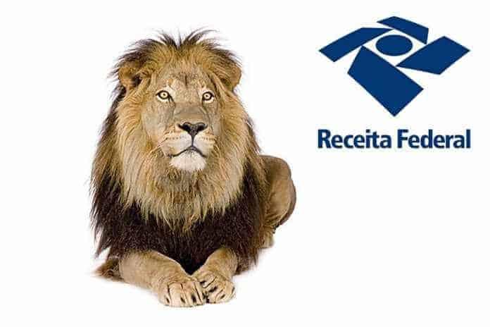 foto com um leão sentado e o logo da Receita Federal