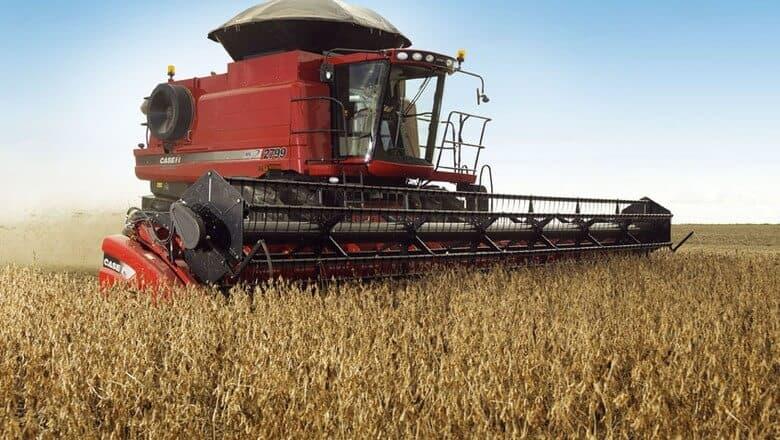foto de máquina vermelha colhedora em um campo de soja, uma das possibilidades de aquisição previstas no crédito rural