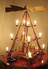Foto einer Holzpyramide mit brennenden Kerzen