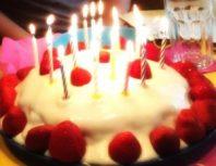 Foto Geburtstagstorte mit Erdbeeren und Kerzen