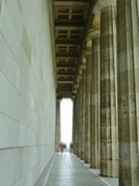 Foto vom Säulendurchgang