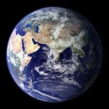 Foto bumi dan siang malam dari angkasa menunjukkan bentuk bumi bulat.