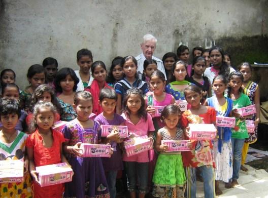 Pierre Pean aide ces filles