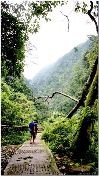 Jalan setapak di lereng bukit menuju Air Terjun. Pada saat saya berkunjung, suasana pengunjungnya tidak terlalu rame juga tidak terlalu sepi. Saya rasa masih ideal untuk menikmati keindahan alam, karena sepertinya kurang menarik jika ke alam tapi pengunjungnya terlalu padat.