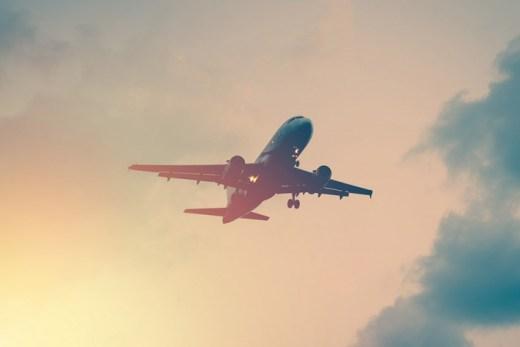해질녘 날아오르는 비행기