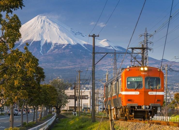 일본 전철과 그 뒤의 후지산