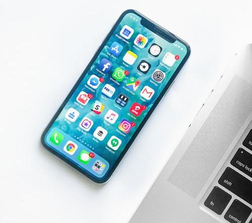 smartphone com várias redes sociais na tela