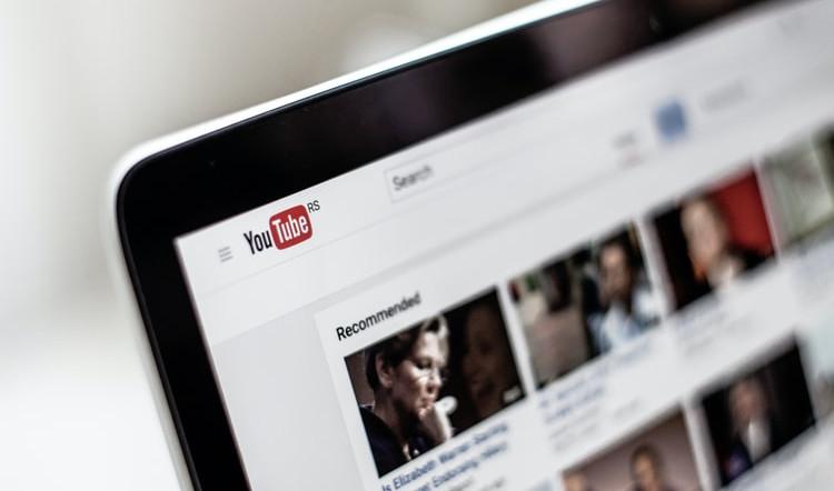 pedaço de tela de computador com vídeos do youtube