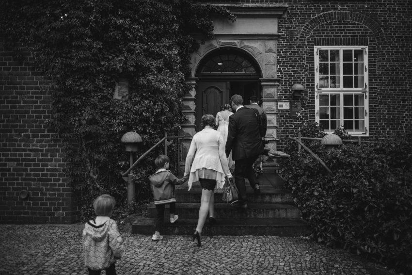 0049 anne und bjoern Manu und Sven D75 9543 1 - DIY Hochzeit im Erdhaus auf dem alten Land - Manuela & Sven