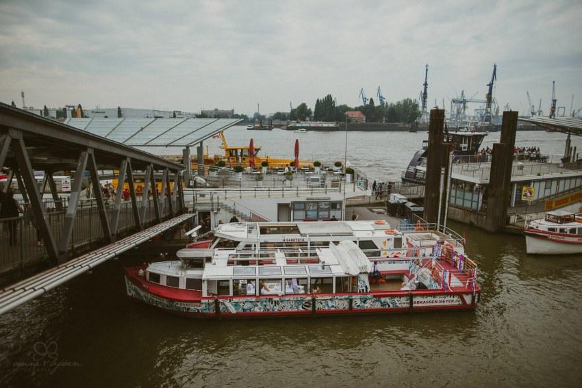 0016 dany sebastian hh d76 3312 - Bunte Hochzeit auf der Elbe - Daniela & Sebastian