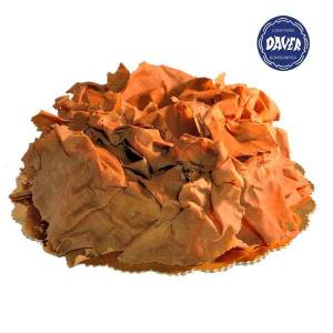 Tarta Jacobo. Bizcocho de chocolate sin harina rellena de trufa de caramelo y cubierta de láminas de chocolate.