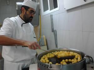 Pedro el maestro repostero , friendo Buñuelos