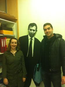 Daniel Arrébola (Apetece Cine) junto a Anna Reixach. En medio, la silueta del escritor Paco Candel que da nombre a la biblioteca donde se ha celebrado el evento.