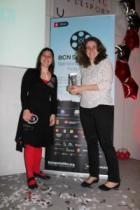 Lara Izagirre (derecha) posa sonriendo con el Premio.