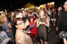 """Taissa Fariga firmando autógrafos en presentación del filme """"Mindscape""""."""