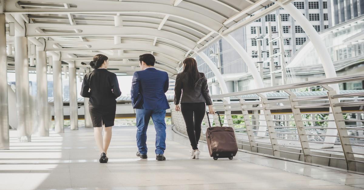gestor com profissionais para terceirizar o planejamento de viagens