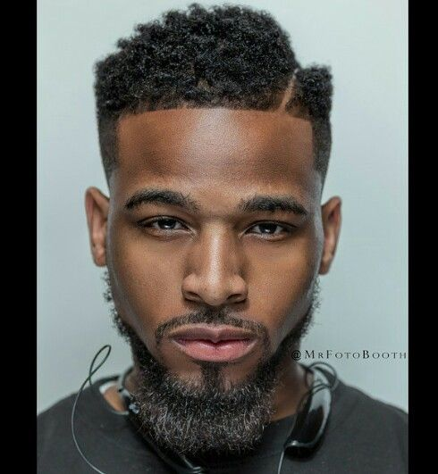 corte de cabelo afro line up e barba cavanhaque alongado
