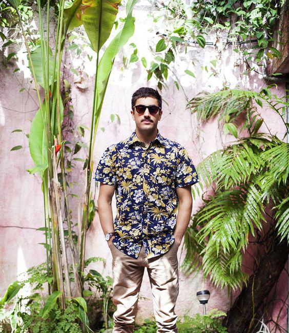 camisa-masculina-resort-estampas-florais-calça-marron