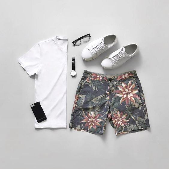 combo-masculino-reveillon-2018-camiseta-branca-tenis-branco-bermuda-floral