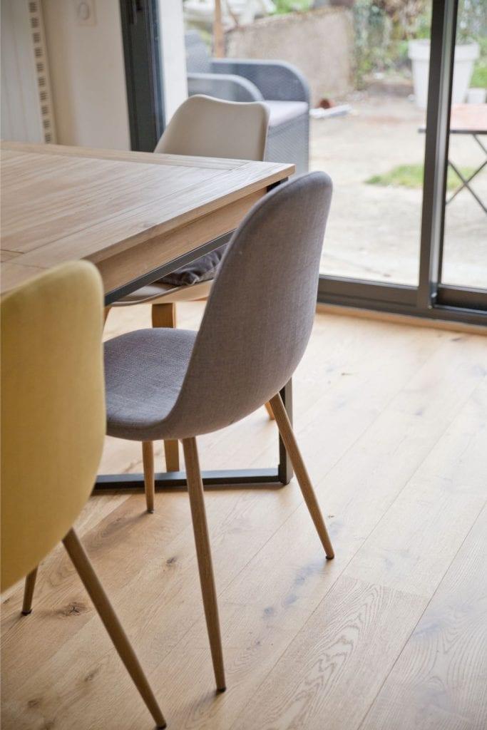 Archibien projet rénovation de maison à Nantes. Les chaises colorées de la salle à manger.