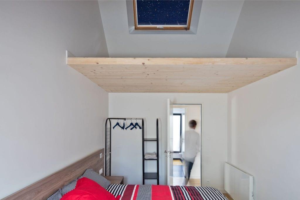 Rénovation et extension d'une maison secondaire projet Archibien chambre hauteur de plafond