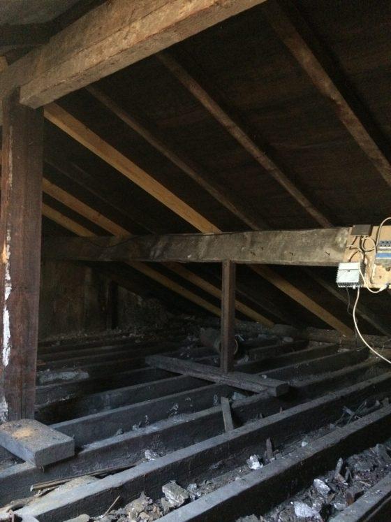 Grenier bas de plafond sans fenêtre
