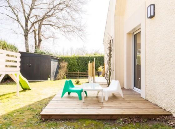 extérieur jardin et terrasse de la maison après rénovation