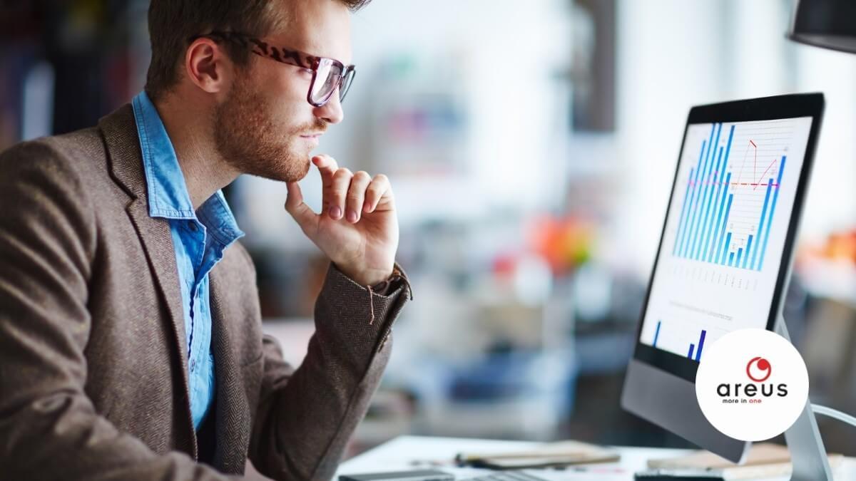 Adatkezelő dolgozik számítógépe előtt