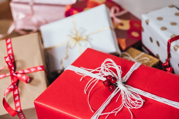 The holidays are known for being the season of giving, but they can easily turn into a season of waste & excess. Our sustainable gift guide will help!