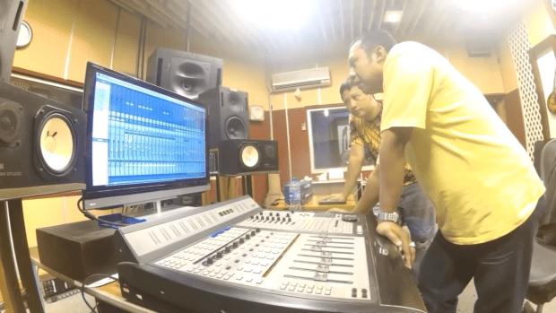 Music Producer sedang berdiskusi dengan studio engineer