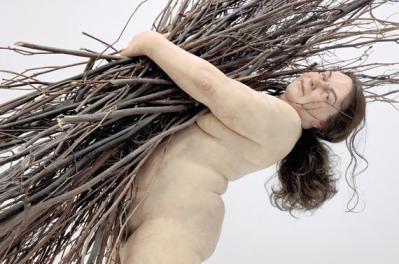 """""""Woman with Sticks"""", 2009. Matériaux divers. Courtesy Hauser & Wirth. (RON MUECK / PHOTO COURTESY HAUSER & WIRTH, LONDRES.)"""