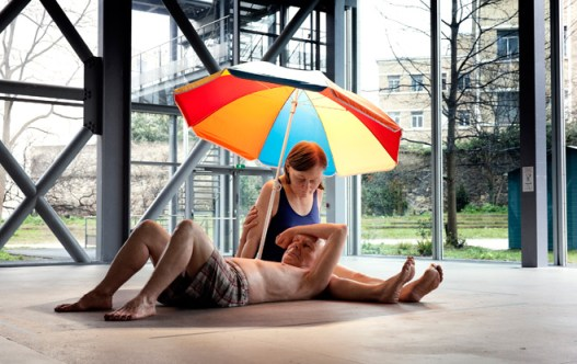 """Couple Under An Umbrella"", 2013. Matériaux divers, 300 x 400 x 500 cm  (environ), Courtesy Courtesy Caldic Collectie, Wassenaar."