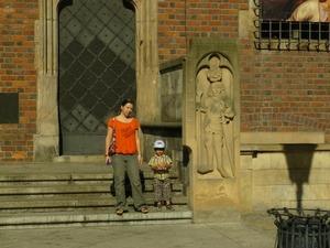 На фоне ратуши