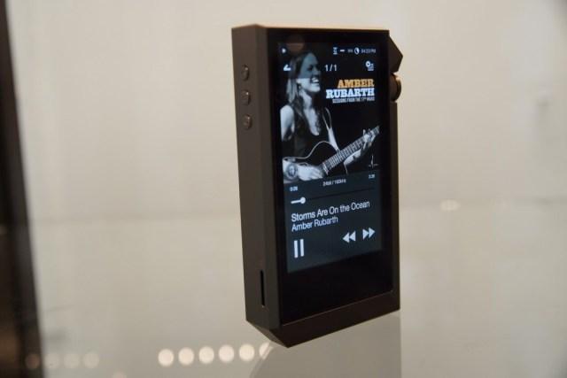 Avec 256Gb de mémoire interne et un slot micro-sd le AK240 est l'appareil offrant le plus de stockage.