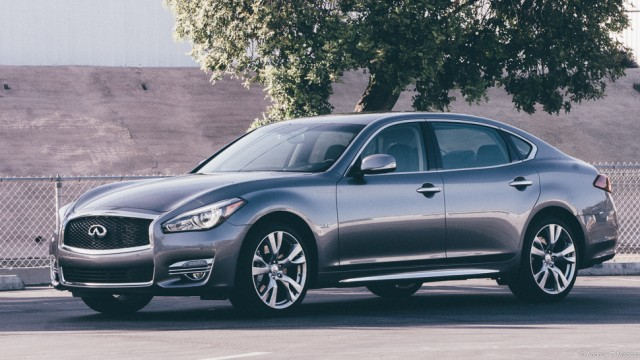 Side view of the 2015 Infiniti Q70 L
