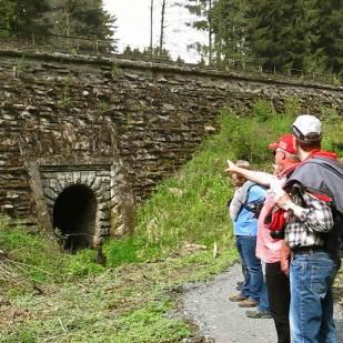 Einer von vielen Wasserdurchlässen in den Stützmauern.