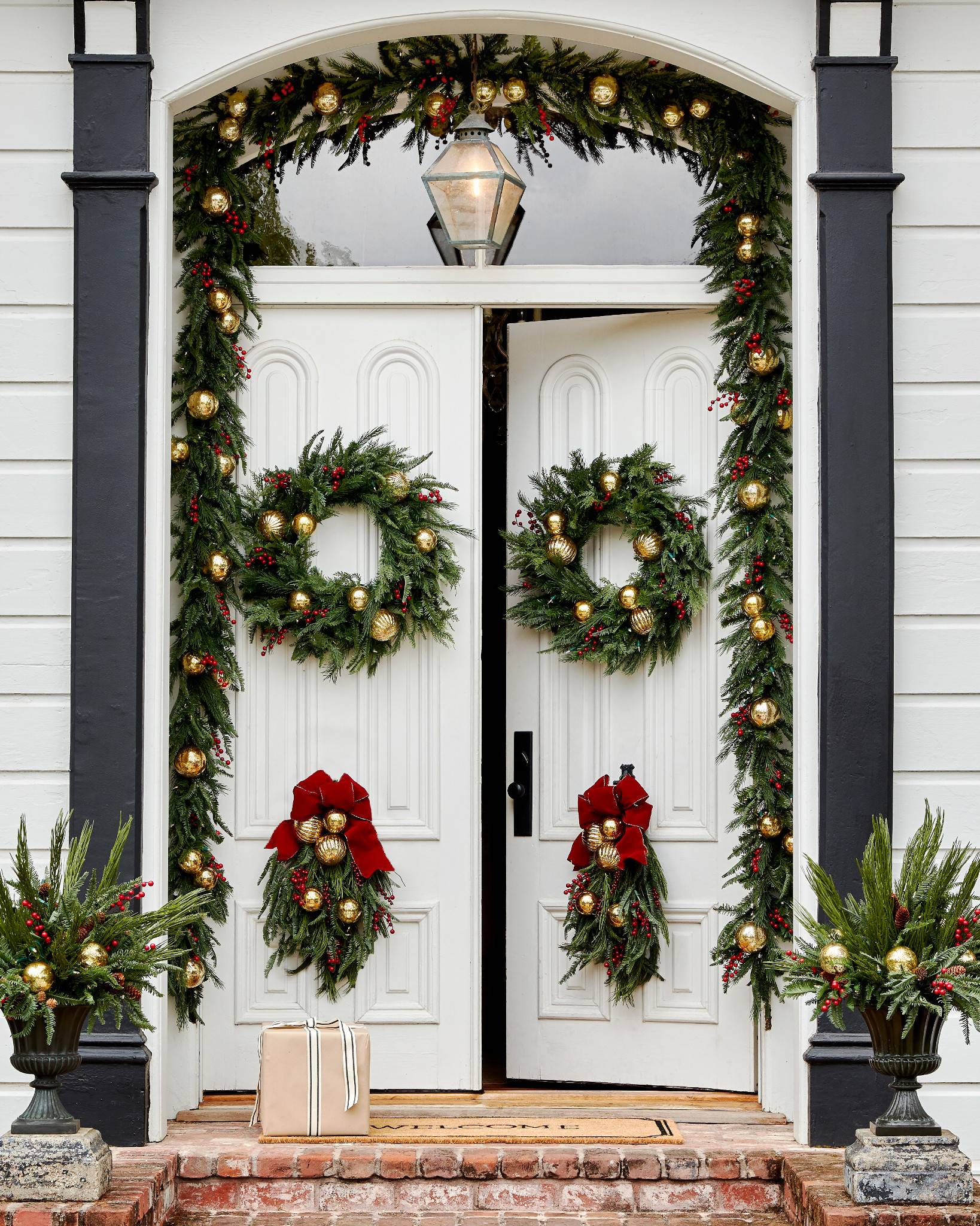 Outdoor Christmas Decorating In 4 Steps Balsam Hill Blog