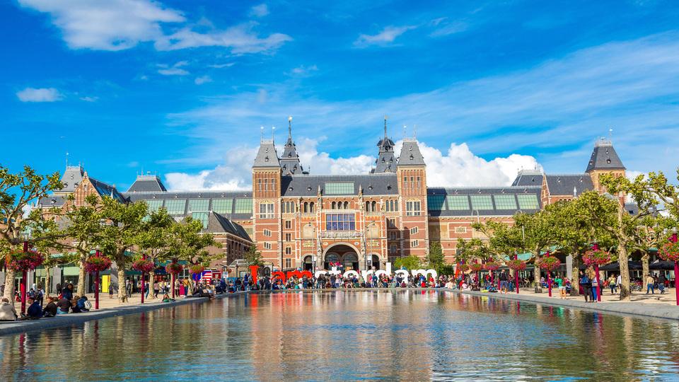 People in front of Rijksmuseum in Amsterdam