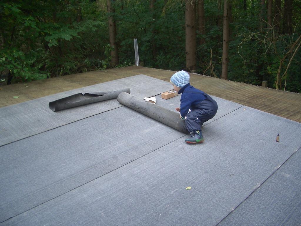 gartenhaus dach decken dachpappe dachpappe verlegen. Black Bedroom Furniture Sets. Home Design Ideas