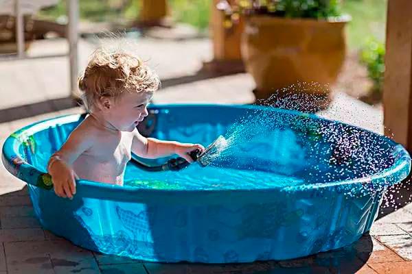 bebe-en-la-piscina