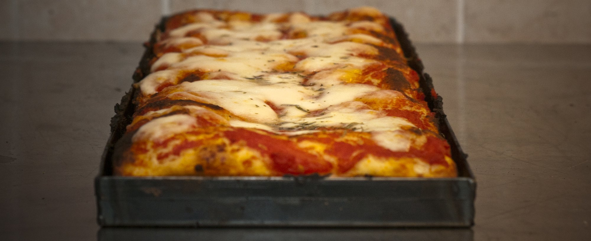 Pizza in teglia romana casalinga