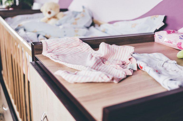 organizar el armario de un bebé