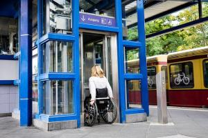 Rollstuhlfahrin rollt in einen Lift (c) Sozialhelden